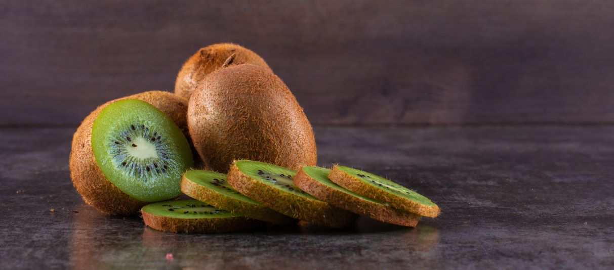 kiwi and its slices